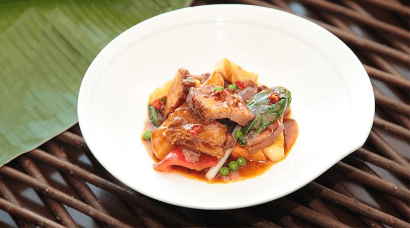 肉を骨ごとじっくり煮込んだスープが美味しいフィリピンの伝統料理「ポチェロ」